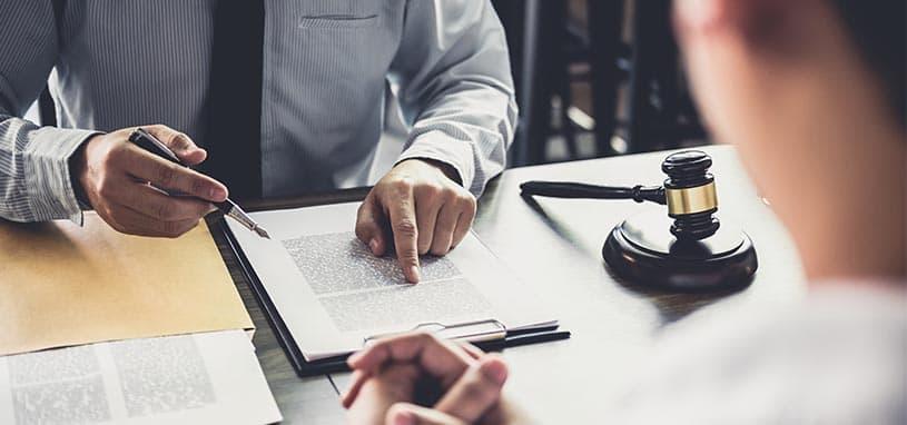 Advokat skriver kontrakt